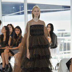 Vestido negro y marrón de la colección de primavera/verano 2016 de Jesus del Pozo en Nueva York Fashion Week