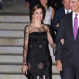 La Reina Letizia con un vestido negro de Felipe Varela en su viaje oficial a Estados Unidos