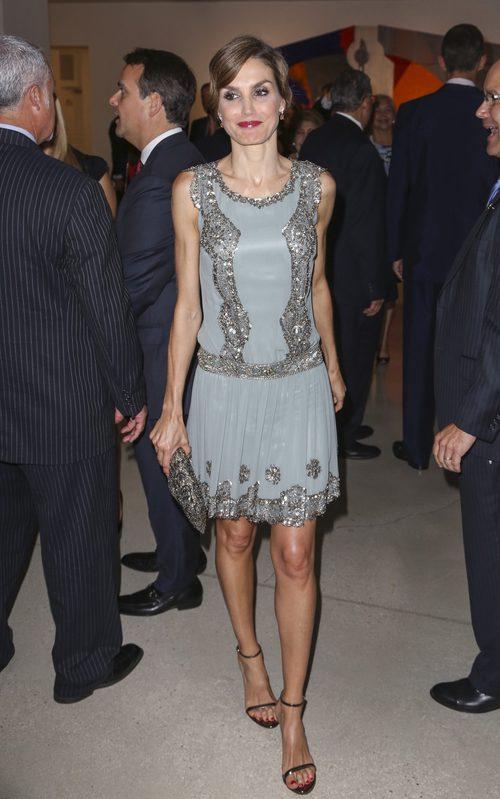 La Reina Letizia con un vestido grisáceo de manga corta y brillantes en su viaje oficial a Estados Unidos