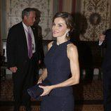 La Reina Letizia con un vestido azul brillante en su viaje oficial a Estados Unidos