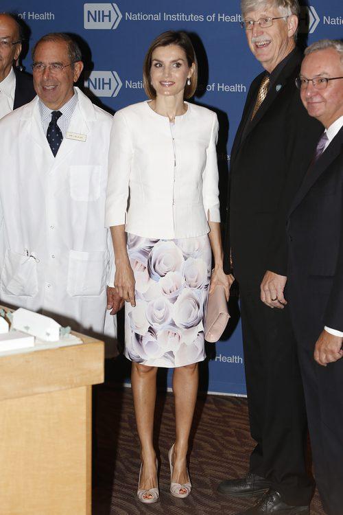 La Reina Letizia vestido estampado con chaqueta blanca en su viaje oficial a Estados Unidos