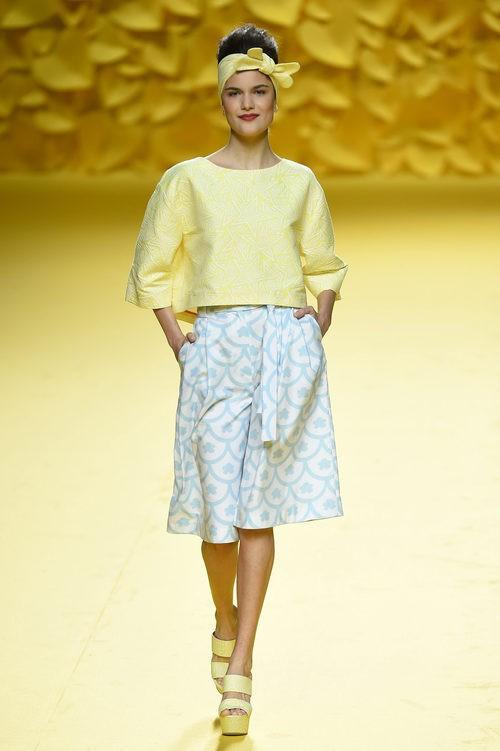 Falda y camisa amarilla Agatha Ruiz de la Prada para primavera/verano 2016 Madrid Fashion Week