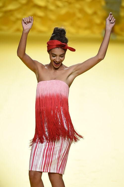 Rocío Crusset con un vestido rojo y rosa de flecos de Ágatha Ruiz de la Prada para primavera/verano 2015 en Madrid Fashion Week