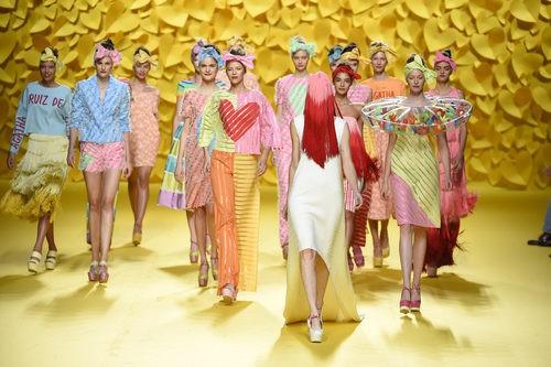 Carrusel del desfile de Ágatha Ruiz de la Prada para primavera/verano 2015 en Madrid Fashion Week