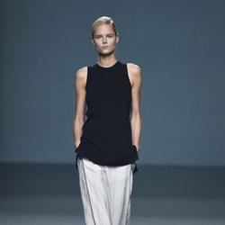 Conjunto negro y gris de Ángel Schlesser para primavera/verano 2015 en Madrid Fashion Week