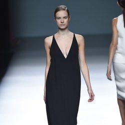 Vestido negro de Ángel Schlesser para primavera/verano 2015 en Madrid Fashion Week