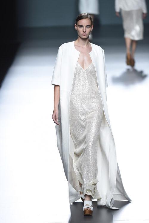 Vestido plata de Ángel Schlesser para primavera/verano 2015 en Madrid Fashion Week