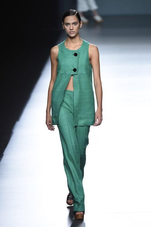 Conjunto verde de Ángel Schlesser para primavera/verano 2015 en Madrid Fashion Week