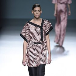 Conjunto negro y estampado de Ángel Schlesser para primavera/verano 2015 en Madrid Fashion Week