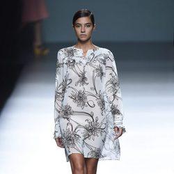 Rocío Crusset con un vestido blanco de Ángel Schlesser para primavera/verano 2015 en Madrid Fashion Week