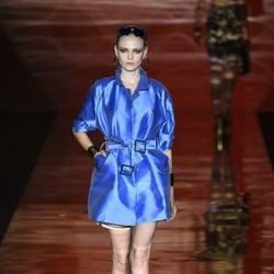 Gabardina azul corta de Roberto Verino para primavera/verano 2016 en Madrid Fashion Week