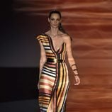 Vestido largo asimétrico a rayas en colores cálidos de Roberto Verino para primavera/verano 2016 en Madrid Fashion Week