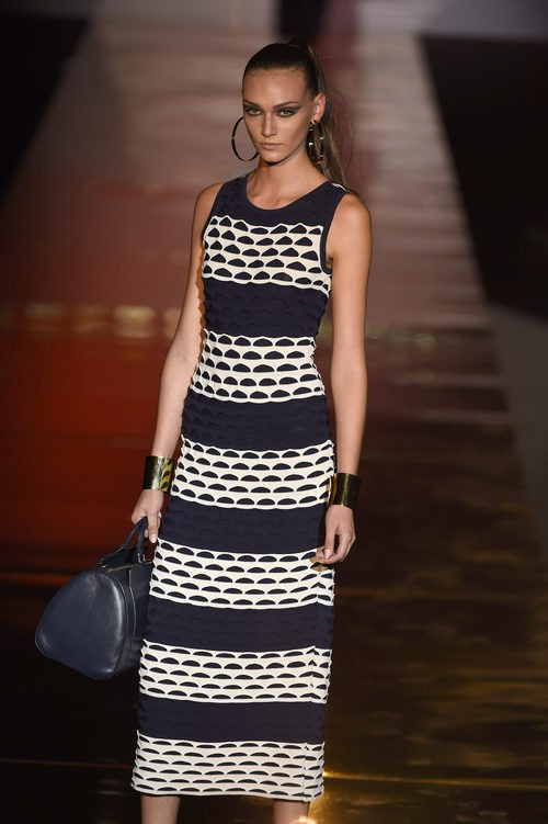 Vestido largo a rayas blanco y negro de Roberto Verino para primavera/verano 2016 en Madrid Fashion Week