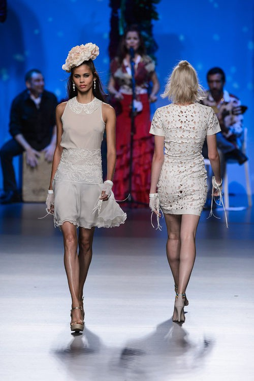 Vestido blanco roto de Francis Montesinos para primavera/verano 2016 en Madrid Fashion