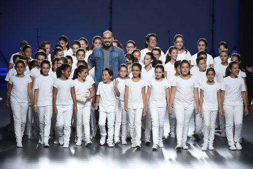 Juan Duyos con un coro de niños en su desfile de la colección primavera/verano 2015 en Madrid Fashion Week