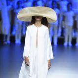 Conjunto blanco con pamela de Duyos para primavera/verano 2015 en Madrid Fashion Week