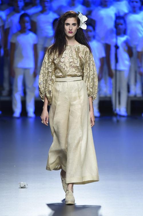 Conjunto beige con pantalón de Duyos para primavera/verano 2015 en Madrid Fashion Week