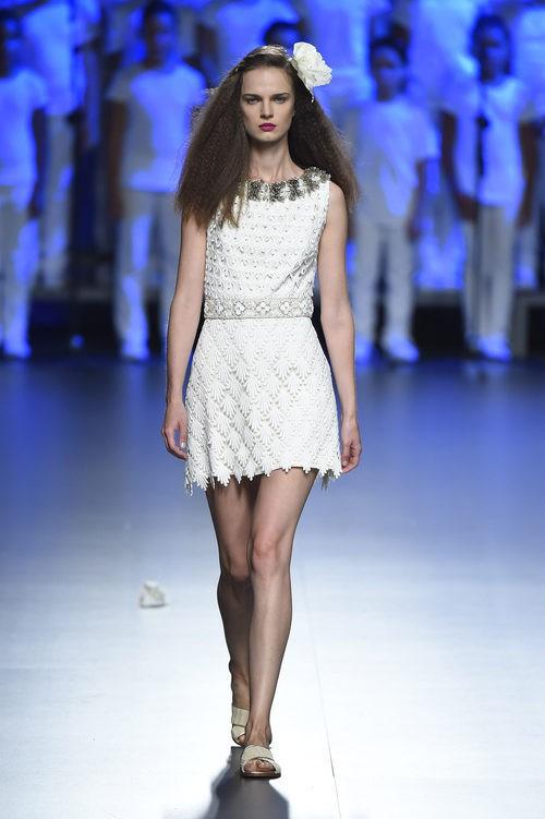 Vestido blanco corto de Duyos para primavera/verano 2015 en Madrid Fashion Week