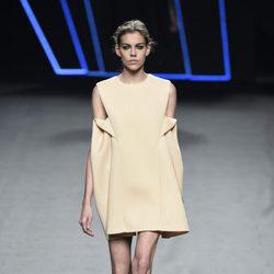 Vestido corto beige de Amaya Arzuaga para primavera/verano 2015 en Madrid Fashion Week