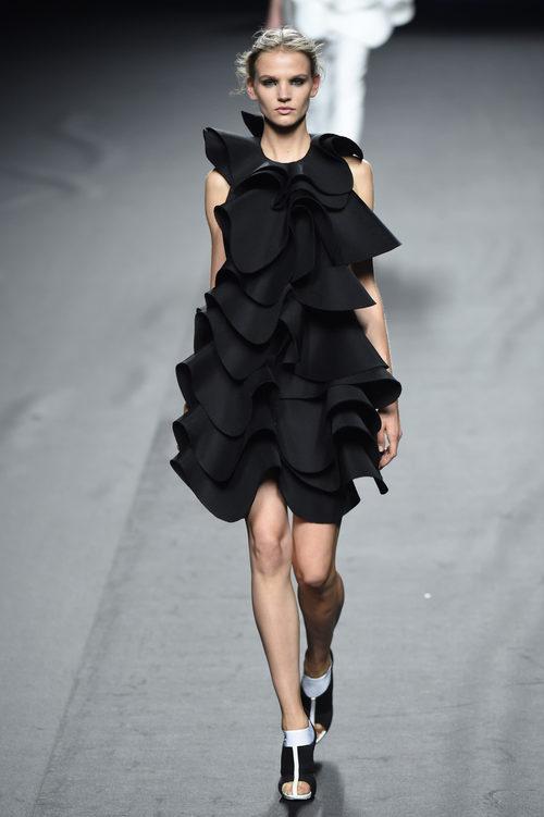 Vestido negro de volantes de Amaya Arzuaga para primavera/verano 2015 en Madrid Fashion Week