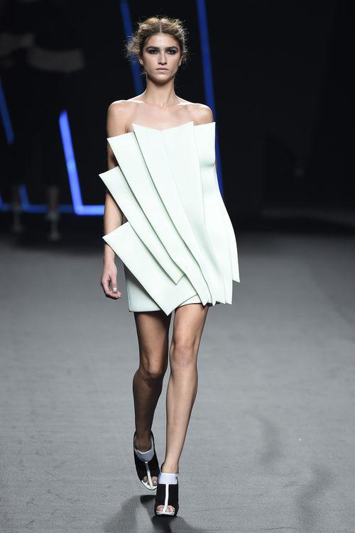 Vestido celeste con pliegues de Amaya Arzuaga para primavera/verano 2015 en Madrid Fashion Week