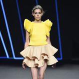 Vestido beige y amarillo de volantes de Amaya Arzuaga para primavera/verano 2015 en Madrid Fashion Week