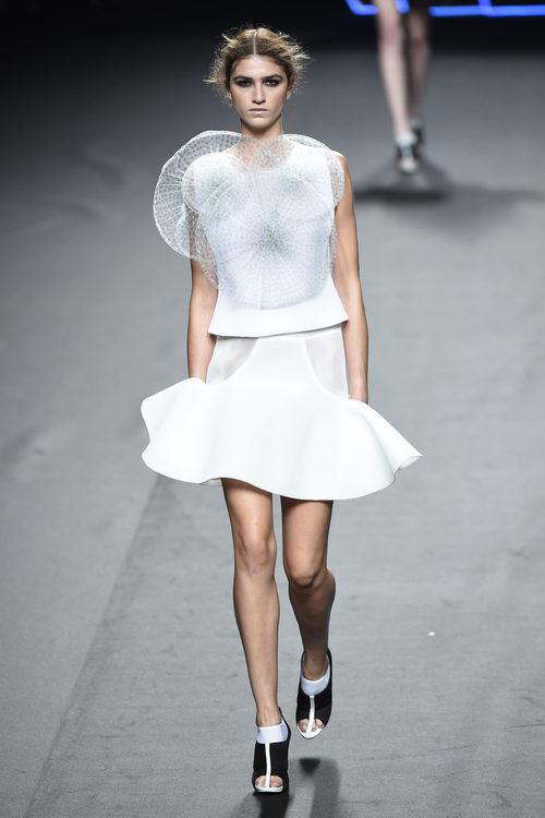 Vestido con superposiciones de Amaya Arzuaga para primavera/verano 2015 en Madrid Fashion Week