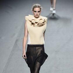 Conjunto beige y negro de Amaya Arzuaga para primavera/verano 2015 en Madrid Fashion Week