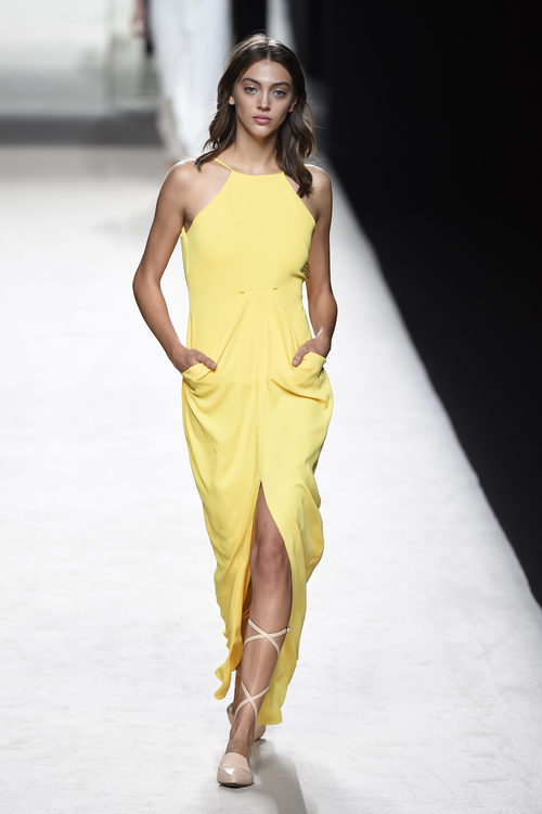 Vestido amarillo de Juanjo Oliva para primavera/verano 2015 en Madrid Fashion Week