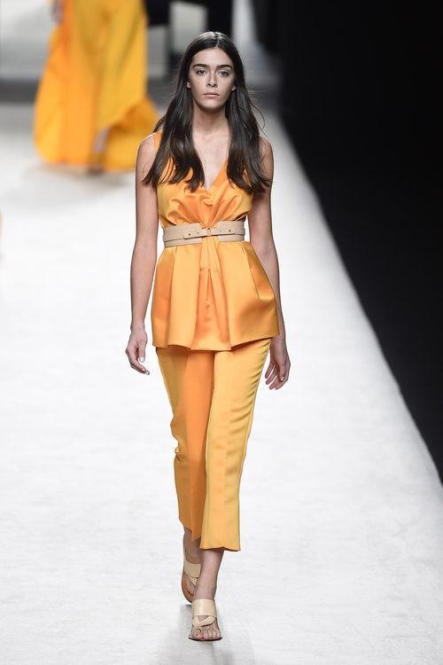 Conjunto anaranjado de Juanjo Oliva para primavera/verano 2015 en Madrid Fashion Week