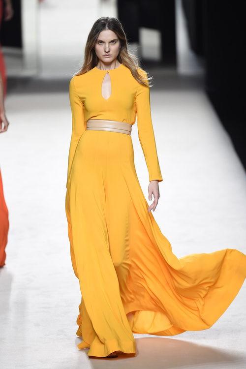 Vestido amarillo con vuelo de Juanjo Oliva para primavera/verano 2015 en Madrid Fashion Week