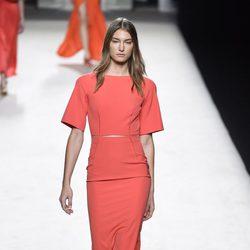 Vestido coral de Juanjo Oliva para primavera/verano 2015 en Madrid Fashion Week