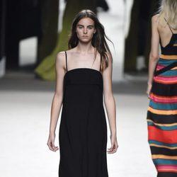 Vestido negro de Juanjo Oliva para primavera/verano 2015 en Madrid Fashion Week
