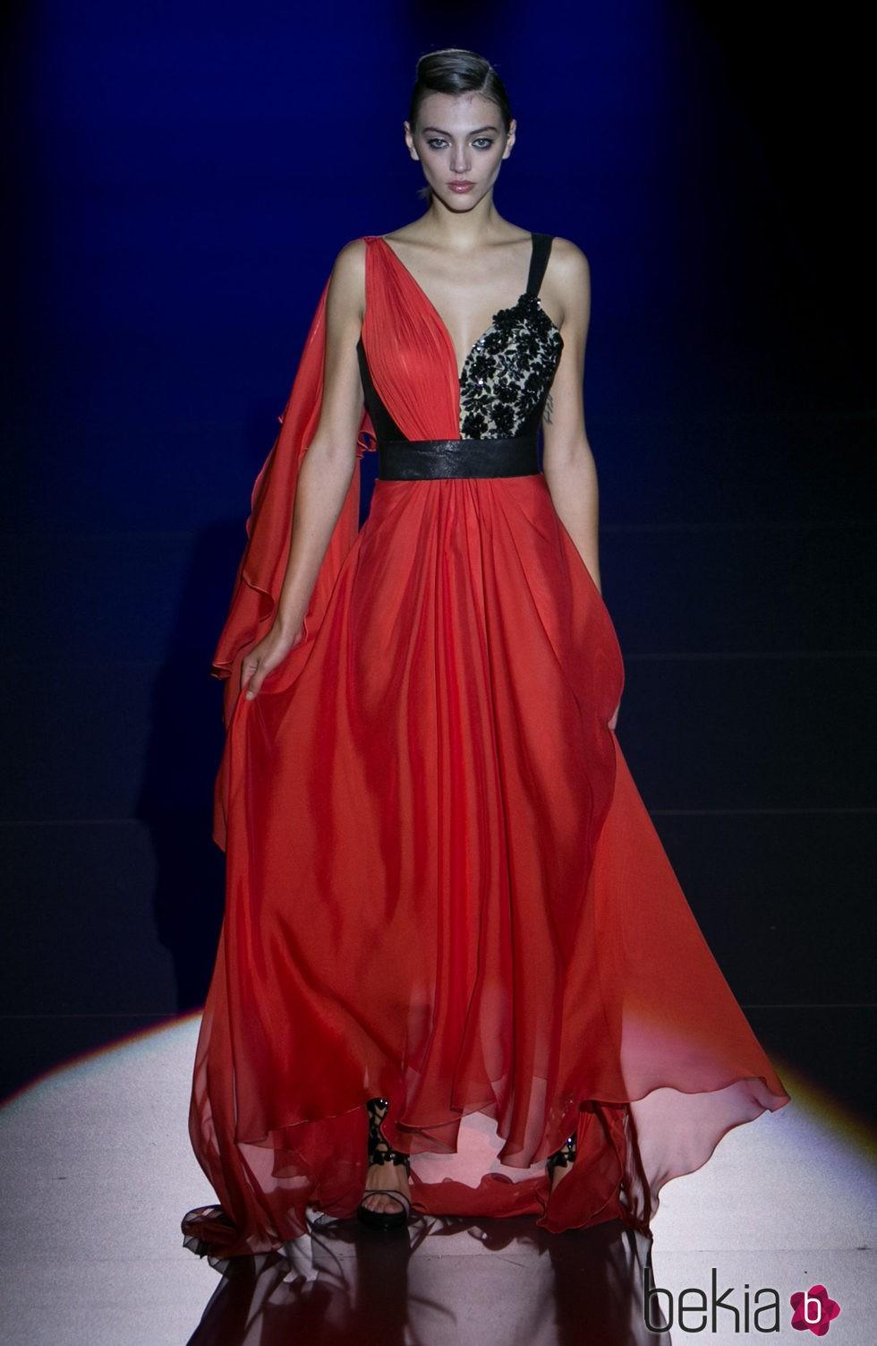 Vestido rojo de Hannibal Laguna para primavera/verano 2016 en Madrid Fashion Week