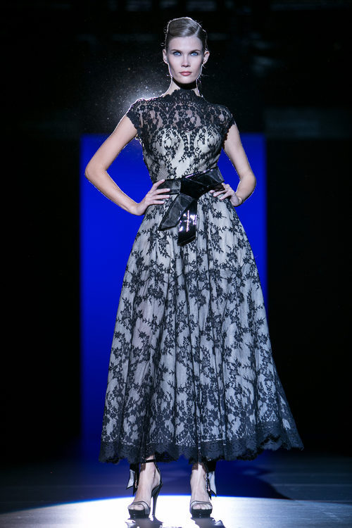 Vestido de encaje negro de Hannibal Laguna para primavera/verano 2016 en Madrid Fashion Week