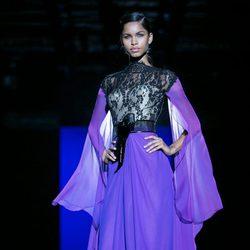 Vestido morado y negro de Hannibal Laguna para primavera/verano 2016 en Madrid Fashion Week