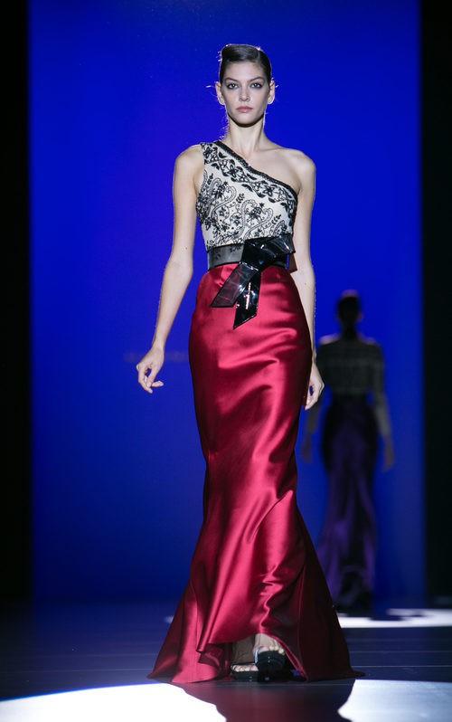 Falda roja con camiseta bordada en negro de Hannibal Laguna para primavera/verano 2016 en Madrid Fashion Week