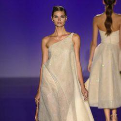 Vestido asimétrico de Hannibal Laguna para primavera/verano 2016 en Madrid Fashion Week