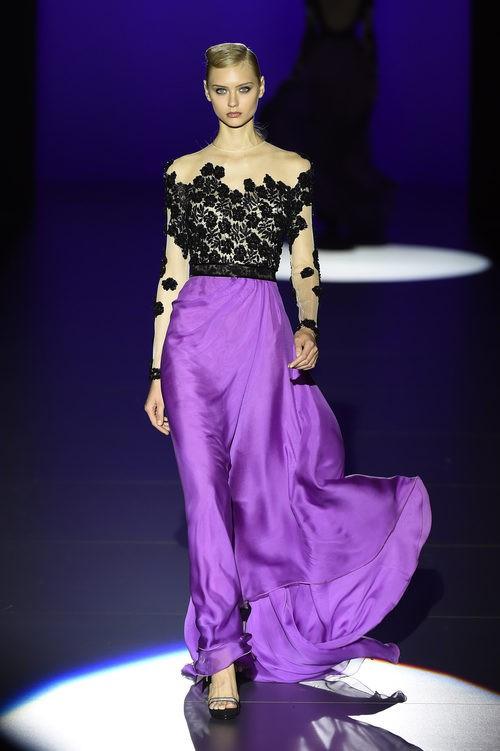 Falda violeta con camiseta de encaje de Hannibal Laguna para primavera/verano 2016 en Madrid Fashion Week
