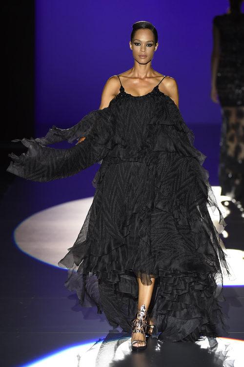 Vestido negro de Hannibal Laguna para primavera/verano 2016 en Madrid Fashion Week