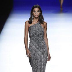 Vestido con escote asimétrico de primavera/verano 2016 de Roberto Torretta en Madrid Fashion Week