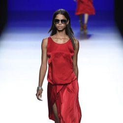Vestido rojo de la colección de primavera/verano 2016 de Roberto Torretta en Madrid Fashion Week