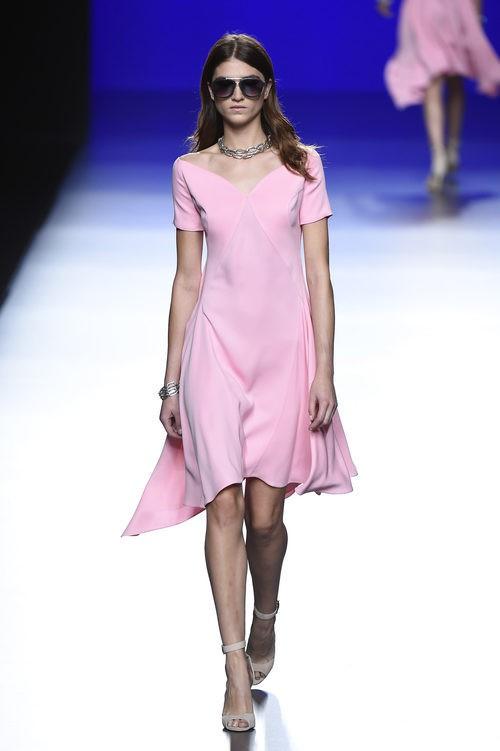 Vestido rosa claro de la colección de primavera/verano 2016 de Roberto Torretta en Madrid Fashion Week