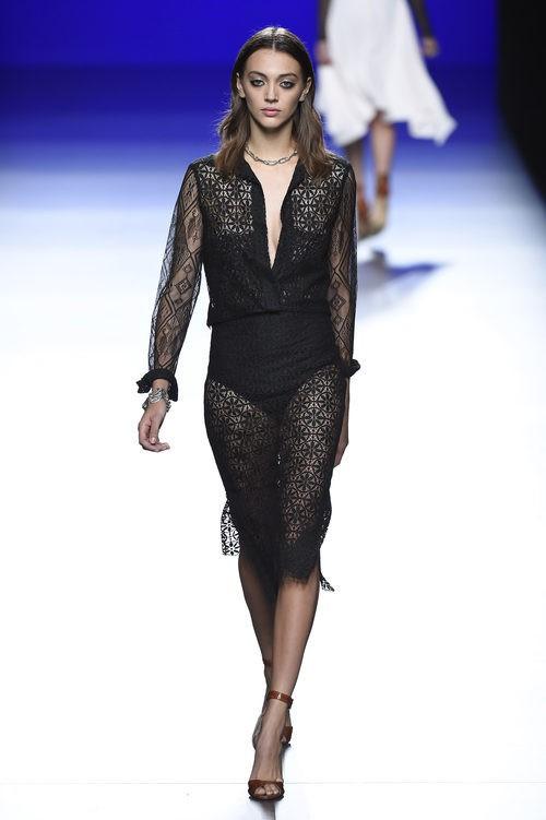 Vestido negro de la colección de primavera/verano 2016 de Roberto Torretta en Madrid Fashion Week