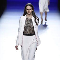 Traje de chaqueta y pantalón en tono rosa de la colección de primavera/verano 2016 de Roberto Torretta en Madrid Fashion Week