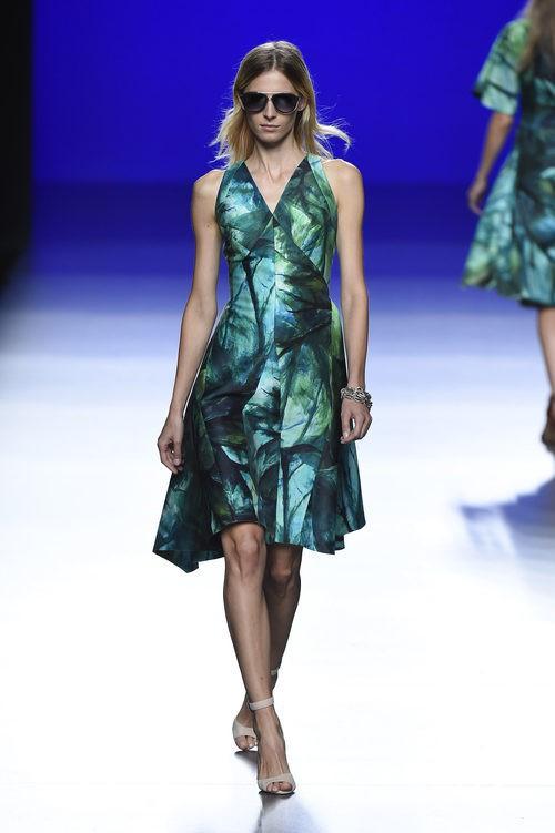 Vestido en tonos verdes por encima de la rodilla de la colección de primavera/verano 2016 de Roberto Torretta en Madrid Fashion Week