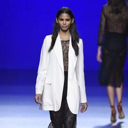 Vestido negro contrasta con chaqueta blanca en la colección de primavera/verano 2016 de Roberto Torretta en Madrid Fashion Week