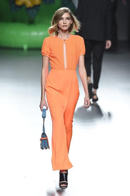 Vestido naranja de la colección primavera/verano 2016 de Ana Locking en Madrid Fashion Week