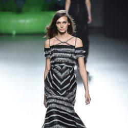 Vestido negro y gris de la colección de primavera/verano 2016 de Ana Locking en Madrid Fashion Week
