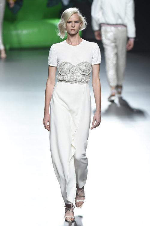 Vestido blanco de la colección de primavera/verano 2016 de Ana Locking en Madrid Fashion Week